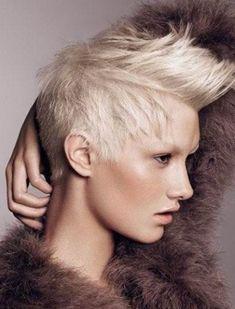 Tagli di capelli corti donna con cresta o mohawk inverno 2013