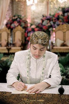 Wedding Couple Poses, Couple Posing, Wedding Couples, Javanese Wedding, Indonesian Wedding, Muslimah Wedding Dress, Wedding Themes, Wedding Dresses, Romantic Wedding Photos
