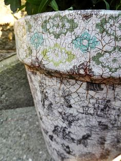 Make a vintage flower pot with crackle paint and decoupage!
