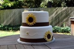 Cute sunflower cake but with black instead of brown