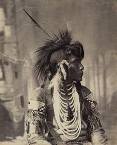 Otokuyicokoan, índio T'suu T'ina, fotografado por William Hanson Boorne (Canada 1886-1888).