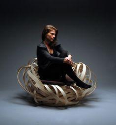 Nina Bruun氏 による『Nest Chair』テープ状の素材が複雑に絡まって作られている。座ったら鳥の気分になれそう。