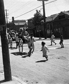 1946년 인천입니다. 제가 보기에는 지금의 중구 해안동 길로 보입니다. 저는 인력거를 볼 때 마다 운수 좋...
