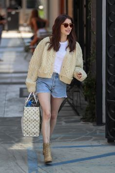 Emma Roberts' Chunky Cardigan Is Granny Chic Done Right In England, a well-meaning but selfish young woman meddles in the love lives of her friends. Emma Roberts Hair, Emma Roberts Style, Cardigan Outfits, Outfit Jeans, Chunky Cardigan Outfit, Fashion Outfits, Womens Fashion, Fashion Tips, Fashion Trends