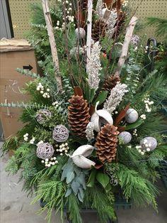 - Navidad y pascual Outdoor Christmas Planters, Christmas Urns, Christmas Greenery, Christmas Arrangements, Christmas Flowers, Outdoor Christmas Decorations, Christmas Centerpieces, Winter Christmas, Christmas Wreaths