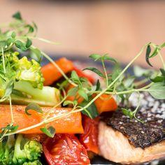 Laks med ingefærdressing og råstegte grøntsager Seaweed Salad, Sandwiches, Ethnic Recipes, Finger Sandwiches