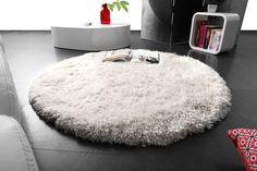 Une carpette ronde, douce et confortable.