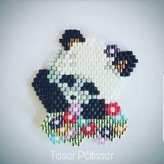 Pandi Panda Voici ma 2ème création. Inspirée d'une tête de panda vue sur Pinterest dont j'ignore qui est l'auteur. Le côté floral c'est moi Vous aimez bien ? Je publierai demain le diagramme que vous pourrez utiliser à toutes fins c'est cadeau jenfiledesperlesetjassume #miyukibeads #miyuki #brickstitch #broche #perlesaddict #perle #peyote #bijouxfaitsmains #bijou #faitmain #homemade #madeinfrance #tissageperles #perlesmiyuki #miyukiaddict #handmade #matierepremiere...