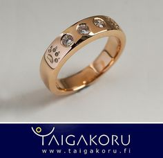 Kultasormus, jossa koristeena suden jäljet ja timantteja. Gold ring decorated with wolf footsteps and diamonds. www.taigakoru.fi
