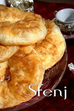 sfendj or sfenj: a spherical Arabian donut with a gap. In Algeria the sfenj has the flour meets an important success. Quick and simple sfenjs to the mess with the crumb My Recipes, Cake Recipes, Dessert Recipes, Cooking Recipes, Favorite Recipes, Churros, Donuts, Moroccan Bread, Food Vids