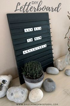 DIY: Letterboard with Scrabble Letters Gestalte dein eigenes Letterboard DIY # - Wohnaccessoires Ideen Letterboard Diy, Scrabble Letters, Resin Artwork, Cardboard Crafts, Diy Signs, Handmade Home, Diy Projects To Try, Sign Design, Letter Board