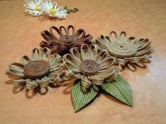 紙バンドで花!の作り方|エコクラフト|紙小物・ラッピング|アトリエ|手芸レシピ16,000件!みんなで作る手芸やハンドメイド作品、雑貨の作り方ポータル Quilling Craft, Paper Quilling, Willow Weaving, Basket Weaving, Burlap Bow Tutorial, Paper Shaper, Burlap Projects, How To Make Paper Flowers, Paper Weaving