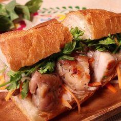 「ベトナムサンドチキンバインミー」の作り方を簡単で分かりやすい料理動画で紹介しています。バインミーはベトナムで人気のサンドイッチです。フランスパンのようなハード系のパンに、なますやソテーした鶏肉などをサンドした、ボリューミーなサンドイッチです。ナンプラーやニンニク・生姜のスパイシーな香りが食欲をそそりますよ!大きく口をあけて、ガブリっとかぶりついてくださいね!