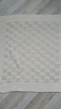 Babyteppe i dropsdesign,med litt forandringer fra mønsteret.Strikket i Lerke.2014