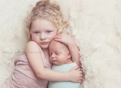Amazing sibling pose...just so sweet. Don't Aria would sit through this bit still so sweet