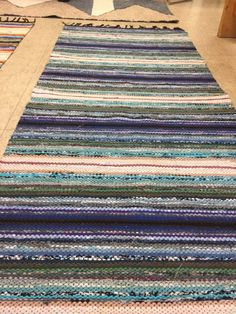 Kiikkalainen räsymatto Loom Weaving, Recycled Fabric, Woven Rug, Rug Making, Scandinavian Style, Pattern Design, Carpet, Textiles, Rag Rugs