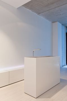 The minimal FD 1 washbasin designed by Filip Dreslee, elegant and pure _