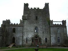 El Castillo encantado de Leap, en Irlanda.  Fue el escenario de una masacre histórica. En la parte superior hay un calabozo que se utilizaba como sala de tortura. No es de extrañar que se lo conozco como uno de los castillos más encantados del mundo.