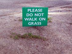 Hackschnitzel - Street Art: Do not walk on grass