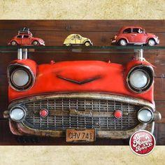 Quem é apaixonado por carros antigos não pode deixar de conferir esse aparador com frente de carro e fuscas em miniaturas! #decoração #seumundoretro #decor #fuscas #retrô #miniaturas #HomeDesign #HomeDecor #CarroAntigo