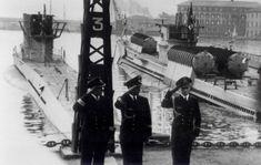 Un'altra bella (e rara) foto del Regio Smg Ambra, a destra, già trasformato  in sottomarino da trasporto per i SLC