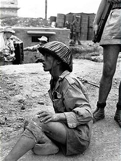 VM regular soldier captured by French forces at Phu-Ly, First Indochina War, Vietnam War Photos, Man Of War, French History, War Photography, Army Uniform, French Army, Indochine, Paratrooper