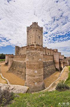 CASTLES OF SPAIN - Castillo de la Mota, Valladolid. El castillo de La Mota es un castillo que se encuentra ubicado en la villa de Medina del Campo, (provincia de Valladolid, España). Situado en una elevación del terreno (mota), domina la villa y toda su extensa comarca. La villa debió de ser repoblada entre los años 1070 y 1080, fortificándose primeramente el recinto de la villa vieja, conocido como La Mota.