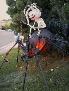 The Halloween is coming with its spooky concept decorating the whole neighborhood yards. We have numerous ideas in our gallery about Halloween outdoor… Halloween Outside, Creepy Halloween, Outdoor Halloween, Diy Halloween Decorations, Halloween House, Holidays Halloween, Halloween Pumpkins, Outdoor Decorations, Halloween Stuff