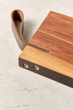 designbinge: Farmhaus Reclaimed Walnut Cutting Board or serving board- Urban Outfiter. love that leathr detail Diy Cutting Board, Wood Cutting Boards, Wooden Projects, Wood Crafts, Woodworking Plans, Woodworking Projects, Intarsia Woodworking, Woodworking Shop, Joinery Details