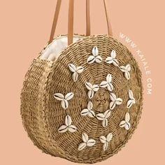 Small Round Straw Raffia Seashell Boho Handbag Kaiale * kleine runde stroh raffia muschel boho handtasche kaiale * petit sac à main rond en paille de raphia coquillage boho kaiale Diy Jute Bags, Small Jute Bags, Sisal, Diy Bags Purses, Purses And Handbags, Sacs Design, Diy Sac, Diy Accessoires, Diy Handbag