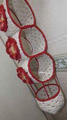 Reuse Plastic Bottles Crochet Videos Crafts To Make And Sell Filet Crochet Crochet Projects Sewing Projects Porta Rolo Baden Newborn Crochet Crochet Flower Patterns, Crochet Motif, Diy Crochet, Crochet Crafts, Crochet Doilies, Crochet Flowers, Crochet Projects, Sewing Crafts, Sewing Projects