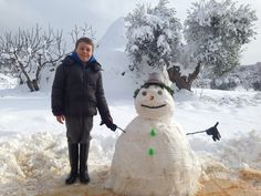 Pupazzo di neve con trullo sullo sfondo. Cisternino, Puglia. Natale 2014