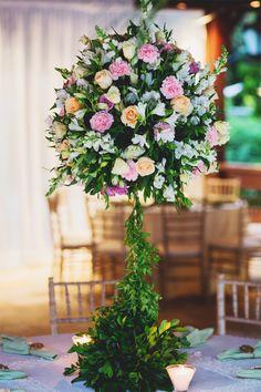 arranjo floral para mesa de casamento ao ar livre