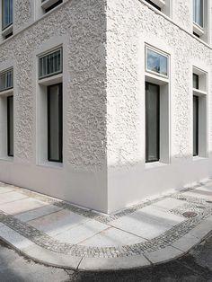 Stucco Exterior, Wall Exterior, Exterior Design, Interior And Exterior, White Building, Building A House, Wall Texture Design, Concrete Facade, Style Deco