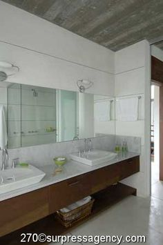 white bathroom, carrara marble.  www.martingomezarquitectos.com
