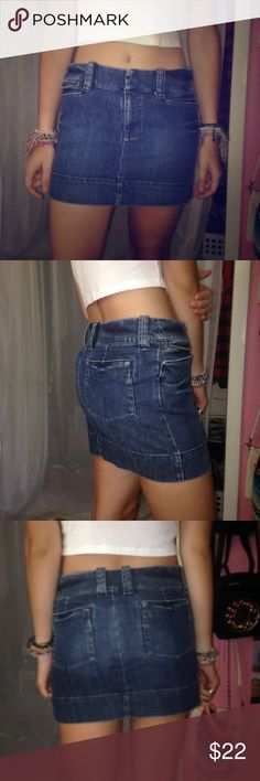 Sz 4 women's American eagle outfitters denim skirt hey! this is really cute and in great condition, too big for my tiny waist. Size 4.  American Eagle Outfitters Skirts Mini