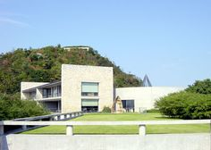 The Naoshima Contemporary Art Museum is located on the southern edge of Naoshima island between a high hill tree-covered a promontory.