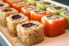Sushi rolls are delicious! I just plain love it. My Favorite Food, Favorite Recipes, Favorite Things, My Sushi, Sushi Food, Sushi Party, Food Porn, Brunch, How To Make Sushi