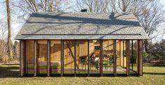 Cottage tra i boschi. Davvero essenziale, quasi un archetipo, questo cottage in legno e vetro, progetto congiunto dello studio olandese Zecc Architects e dell'interior designer Roel van Norel. Sorge tra i boschi nella zona rurale a nord di Utrecht. A prima vista la casa ha una facciata completamente aperta, ma le vetrate si possono oscurare grazie a delle imposte mobili collocate lungo il perimetro.