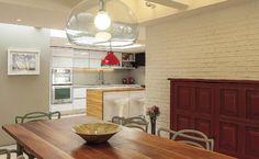 Desde distintos puntos se aprecia la cocina, cuyos materiales de acabado han sido escogidos de manera tal que se genera un conjunto muy armonioso
