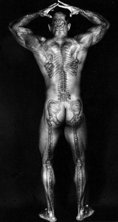"""Espectacular tatuaje anatómico. Fotografía de Dianora Niccolini : """" Ronaldo's Skeletal Tattoo Back"""", 2004"""