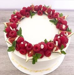 Fruit cake design food Ideas for 2019 Beautiful Cakes, Amazing Cakes, Food Cakes, Cupcake Cakes, Cake Fondant, Cake Decorated With Fruit, Fruit Cake Design, Fresh Fruit Cake, Eat Fruit