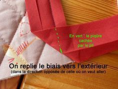 Pas à pas : poser un biais en angle - Du zigzag sous la carapace - This is in French, but the pictures give all the information you need. Coin Couture, Couture Sewing, Techniques Couture, Sewing Techniques, Sewing Patterns Free, Free Sewing, Sewing Hacks, Sewing Tutorials, Sewing Tips