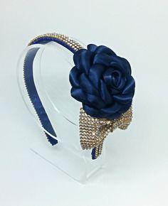 Linda peça para compor o look nos dias mais sofisticados.    Confeccionamos a flor da cor desejada!  Favor consultar a disponibilidade, antes de efetuar a compra.