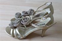 Elegante og behagelige guldsandaler pyntet med roser. Skoene har 9 cm stilethæl. http://www.secondhand-festtoej.dk/shop/guldsko-m-roser-854p.html