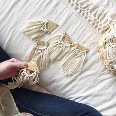 O macramê é uma arte de tecelagem muito antiga. Utilizando somente as mãos e cordões, o macramê pode enfeitar sua casa, acessórios e muito mais. Veja dicas, ideias e alguns tutoriais para aprender a fazer de uma vez por todas o macramê!