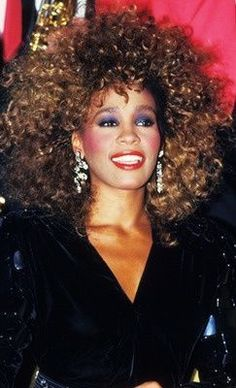 Whitney Houston& bright eyeshadow, bright lips, and draped bright blush is the epitome of makeup. 1980s Makeup And Hair, 80s Eye Makeup, 1980 Makeup, Hair Makeup, 80s Makeup Trends, Look 80s, 1980s Fashion Trends, 90s Fashion, Style Fashion