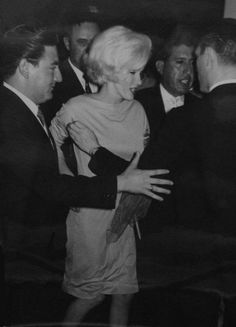 Marilyn surrounded by reporters at a press conference at the Hilton Hotel in Mexico City, February 22, 1962.
