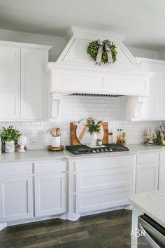 Silver Christmas, Coastal Christmas, All White Kitchen, White Kitchens, Dream Kitchens, Blogger Home, Diy Kitchen Decor, Kitchen Ideas, Outdoor Christmas Decorations