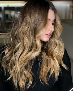 These are the best colors for white and pale skins. Looking for the perfect summer hair color for your white skin? We looked at the hair colors and patterns of famous stars and found the most beautiful styles. Perfect Hair Color, Cool Hair Color, Hair Colors, Summer Hairstyles, Cool Hairstyles, Hombre Hair, Shaved Side Hairstyles, Long Wavy Hair, Hair Videos